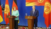 Merkel in Kirgisien/PK mit Atambajew, die unser Korrespondent in Bischkek Alexandr Tokmakow heute gemacht hat. Auf den Bildern sind ein Poster zum Merkels Besuch, eine PK, die die Kanzlerin mit dem Präsident Atambaew gegeben hat , und Verhandlungen in Bischkek. Schlüsselworter: Kirgisien, Bischkek, Merkel, Atambaew, Alexandr Tokmakow © DW/B.A.Tokmakow