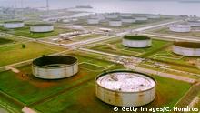27.3.2001 *** 387204 07: A Shell owned pumping site in the Niger Delta region of Nigeria is shown March 27, 2001. The US Supreme court cleared the way March 26, 2001 for the parent companies of Shell to be sued in New York for allegedly instigating the murder of Ogoni activist Ken Saro-Wiwa in Nigeria by a former Nigerian military government. The case, filed in 1996 in federal court in Manhattan, was brought by the family of executed activist Ken Saro-Wiwa, who led opposition to Royal Dutch/Shell Group's oil exploration activities in the Ogoni region of Nigeria. The lawsuit alleged that Shell Petroleum Development Co. of Nigeria took land for oil development without paying adequate compensation and then polluted the region's air and water. (Photo by Chris Hondros/Newsmakers) Copyright: Getty Images/C. Hondros