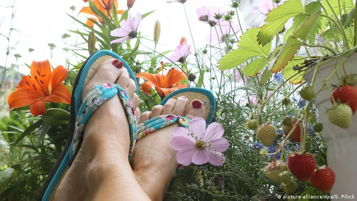 Feet on a balcony, Copyright: picture-alliance/dpa/S. Pilick