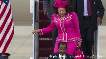 Kamerun Präsident Paul Biya mit Gattin Chantal (picture-alliance/AP Photo/C. Owen)