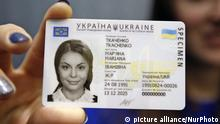 05.01.2016 An Ukrainian girl holds in her hand a specimen of a new ID passport of citizen of Ukraine in Kiev,Ukraine,05 January, 2016. From January 11 the State Migration Service starts registration of the new ID passports for citizens of Ukraine,Sokolyuk said. Ukrainian President Petro Poroshenko confirmed the positive evaluation of Ukraine's preparation for the European Commission plans to liberalize the visa regime.The Foreign Ministry of Ukraine expects the liberalization of the visa regime with EU in 2016, according to local media. (Photo by STR/NurPhoto) | Keine Weitergabe an Wiederverkäufer Copyright: picture alliance/NurPhoto