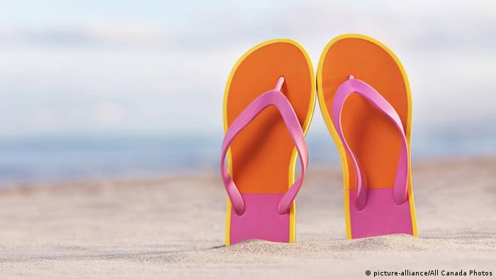 Flip Flops am Strand (picture-alliance/All Canada Photos)
