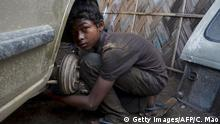 Indien Kinderarbeit Junge KFZ-Mechanker (Getty Images/AFP/C. Mao)