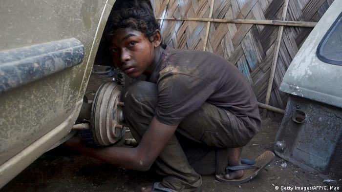 Indien Kinderarbeit Junge KFZ-Mechanker
