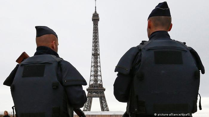 Polizisten vor dem Eiffelturm in Paris (picture-alliance/dpa/G. Horcajuelo)
