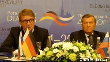 Bildbeschreibung: Roland Pofalla (links) und Wiktor Subkow - Vorsitzende des Petersburger Dialogs bei der Pressekonferenz am 14.7.2016 in St. Petersburg Copyright: DW/A. Brenner