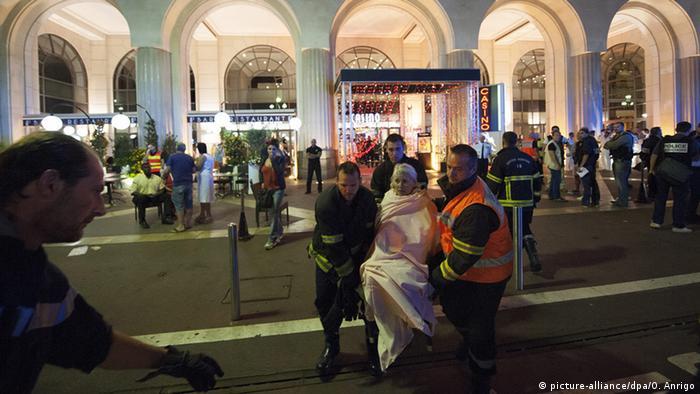 Frankreich Anschlag LKW rast in Nizza in Menschenmenge (picture-alliance/dpa/O. Anrigo)