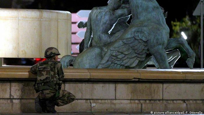 A soldier stands next to a sculpture in Nice. (Photo: picture-alliance/dpa/J.-F. Ottonello)