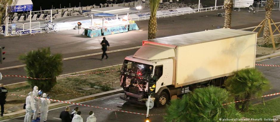 Dirigindo um caminhão, Bouhlel avançou contra a multidão que comemorava o Dia da Bastilha, em 14 de julho