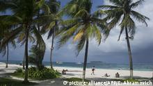 Tourists enjoying on the beach, San Andres Island, San Andres Y Providencia Department, Colombia +++ (C) picture-alliance/AFP/E. Abramovich
