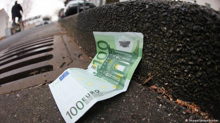 Deutschland Euro-Schein auf der Straße (Imago/imagebroker)