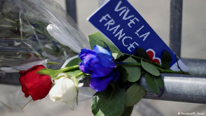 После теракта в Ницце: букет роз в цветах флага и надпись Да здравствует Франция