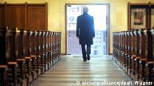 Ein Mann verlässt eine Kirche Bremen Katholische Kirchenaustritte auf Rekordniveau