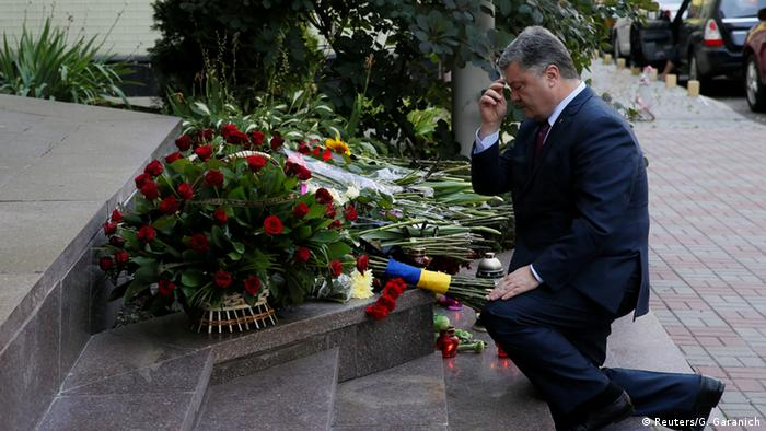 Poroshenko leaves flowers in Kyiv
