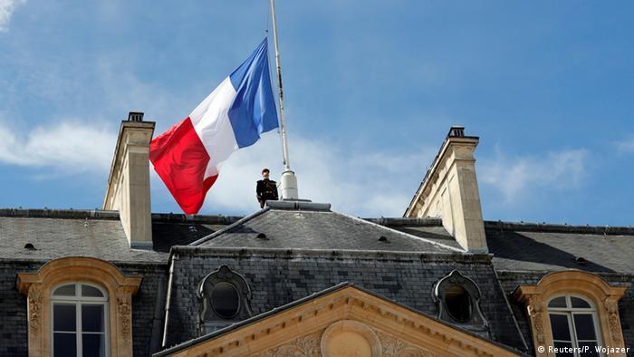 Frankreich Halbmastbeflaggung auf dem Elysee-Palast