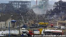 Explosion eines petrochemischen Kraftwerkes in Toulouse. Fabrikexplosion in Toulouse 22.09.2001+++ View of the petrochemical plant 22 September 2001 after a massive blast killed 21 September 25 people and injured more than 650 in the southwestern French city of Toulouse. dpa   © picture-alliance/dpa/E. Cabanis