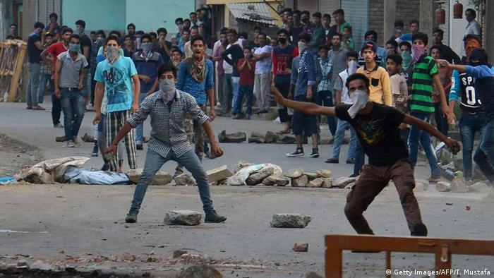 Indian Kashmiri protestors clash with government troops in Srinagar on July 14, 2016 (Photo: TAUSEEF MUSTAFA/AFP/Getty Images)