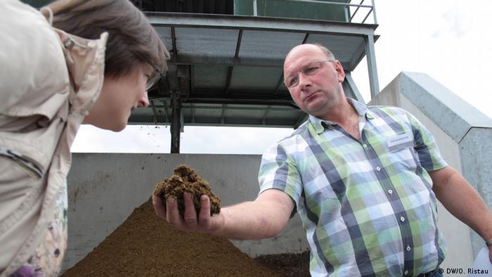 Landwirt Götten zeigt vergärte Reststoffe aus dem Fermenter (Foto: DW/O. Ristau).