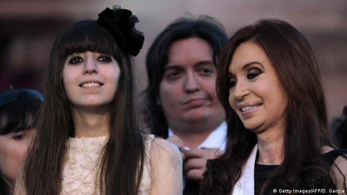 Argentinien Florencia Kirchner neben ihre Mutter Cristina Fernandez de Kirchner
