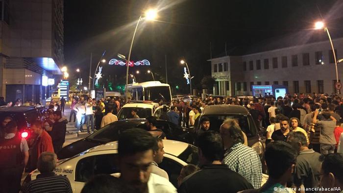 تغطية كاملة لانقلاب في تركيا ++ تظاهرات مؤيدة وأخرى مناوئة للانقلاب في تركيا استنبول.
