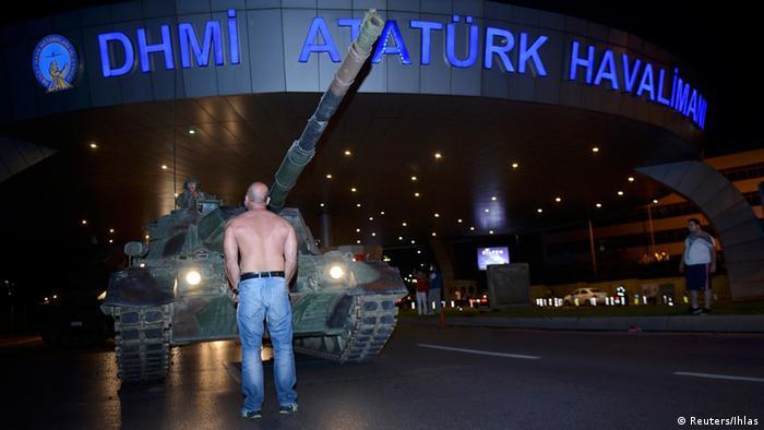 Человек перед танком в стамбульском аэропорту