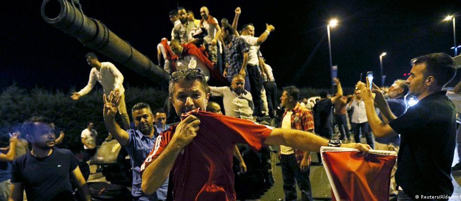 Multidão foi às ruas protestar contra a tentativa de golpe militar