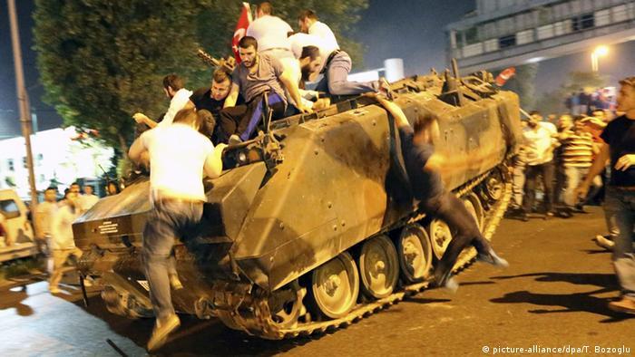 Türkei Putschversuch Gewalt eskaliert (picture-alliance/dpa/T. Bozoglu)