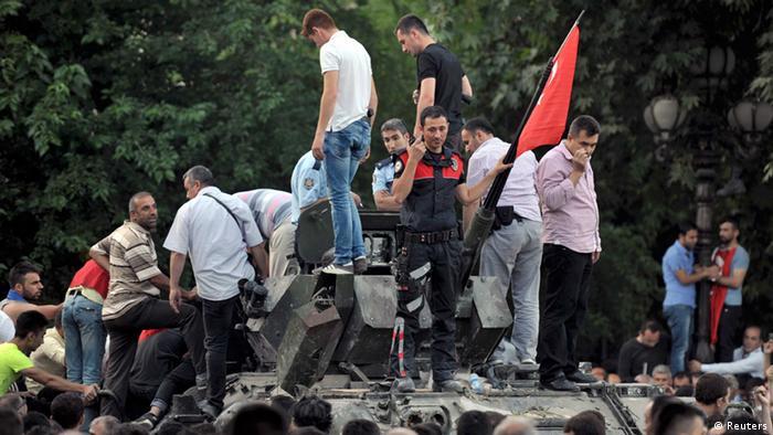 Türkei Putschversuch Präsident Erdogan in Istanbul Bosphorus Brücke Wasserwerfer