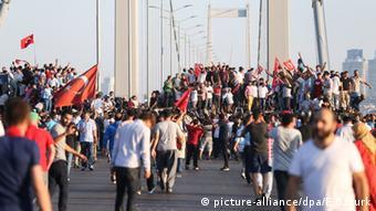 Türkei nach Putschversuch Bosphorus Brücke Istanbul Menschenmenge