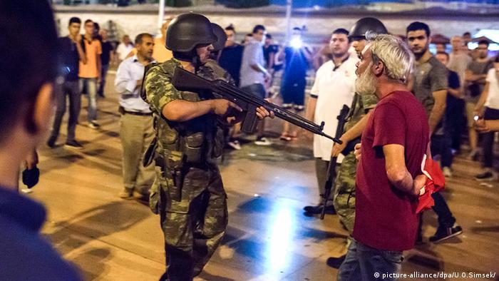 Türkei türkische Soldaten am Taksim Platz Proteste Menschen auf den Straßen