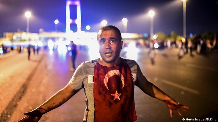 Человек, протестующий против путча, на мосту через Босфор