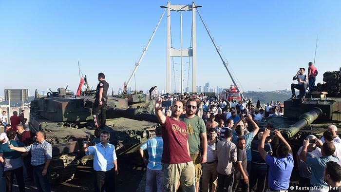 Türkei Bosphorus Brücke Menschen machen Selfies