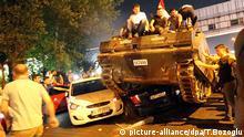 Türkei Istanbul Panzer rollt über Autos