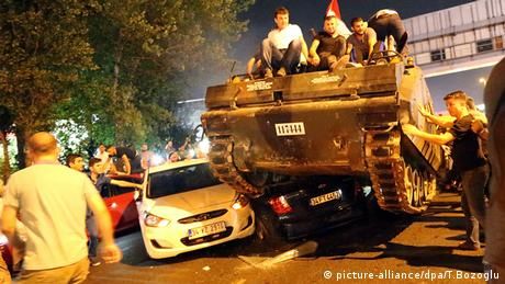 Turkish tank drives through Istanbul during military coup attempt (picture-alliance/dpa/T.Bozoglu)
