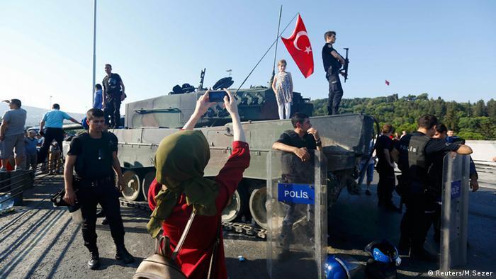 Türkei Panzer Kind auf Panzer türkische Flagge Frau macht Fotos