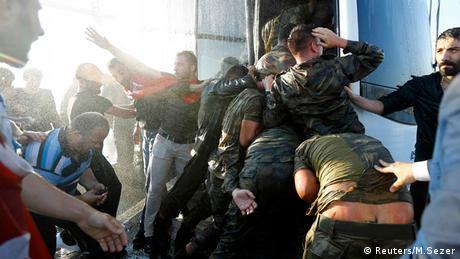 Türkei Soldaten flüchten vor wütendem Mob