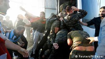 Солдаты пытались бежать от разъяренной толпы