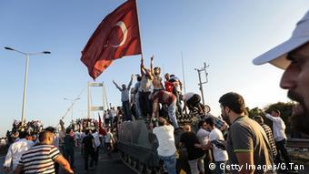 Türkei Menschen auf Panzern mit türkischer Flagge