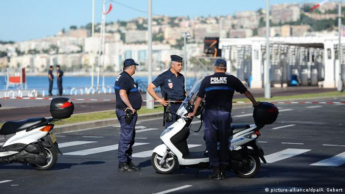Polizisten am Tatort in Nizza (Foto: picture-alliance/dpa/A. Gebert)