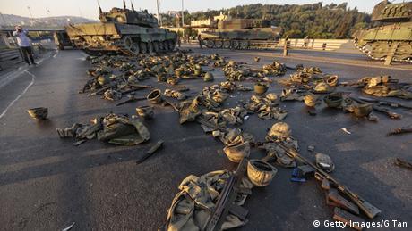 Türkei Bosphorus Brücke Panzer Kleidung und Helme von Soldaten
