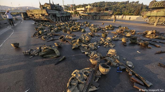 Брошенные на мосту через Босфор вооружение и танки