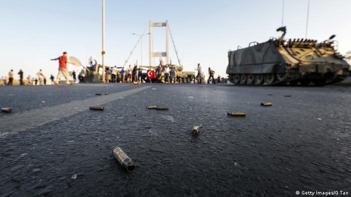 Türkei Bosphorus Brücke Istanbul Patronenhülsen Menschen Protest Panzer