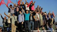 Türkei Istanbul Jubelnde Menschen auf Panzer