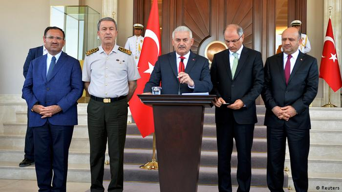 Прем'єр-міністр Біналі Їлдирим (у центрі) заявив про відновлення контрольованості в країні