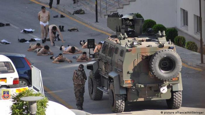 Turkish soldiers attempting to overthrow the Government lay down in Ankara (picture-alliance/AA/Stringer)