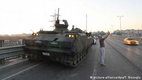 Türkei Selfie vor einem Panzer auf der Bosporus-Brücke