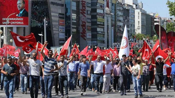 Türkei Menschen protestieren gegen Putschversuch in Ankara (Foto: Getty Images/AFP/A. Altan)