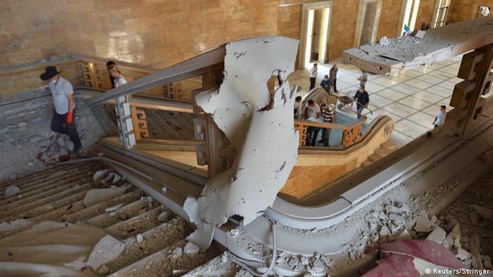 Пошкоджена будівля парламенту