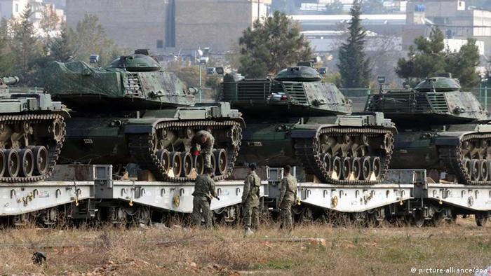 Türkei türkische Soldaten überprüfen Panzern