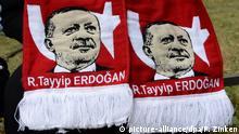 Das Gesicht des türkischen Staatschefs Erdogan ziert am 16.07.2016 in Berlin bei einer Demonstration den Schal einer Frau vor dem Botschaftsgebäude der Türkei. Nach Angaben der Polizei demonstrierten dort 500 Menschen gegen den Putschversuch des türkischen Militärs. Foto: Paul Zinken/dpa +++ (c) picture-alliance/dpa/P. Zinken